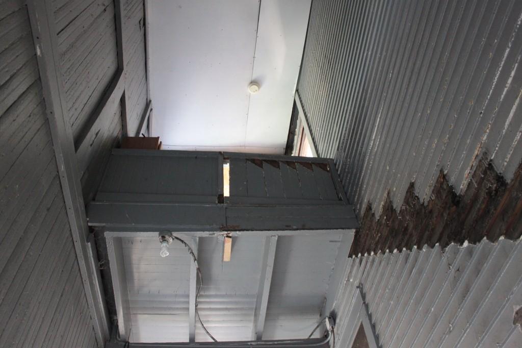 Upper railing