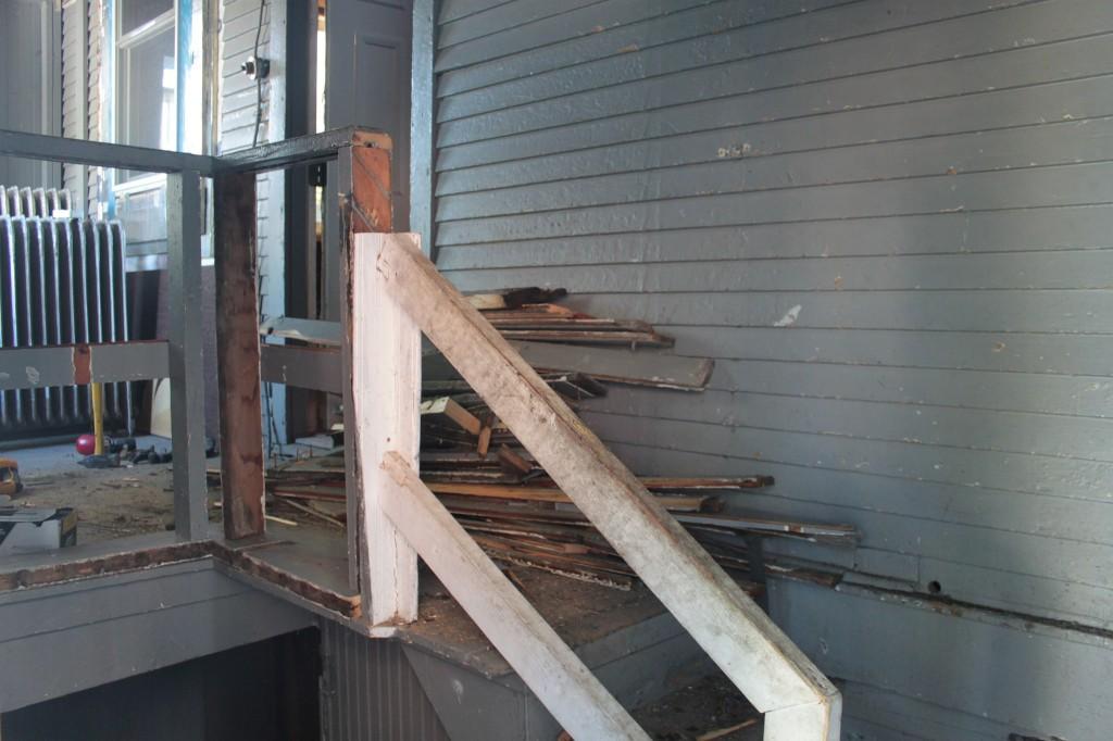 Lower railing